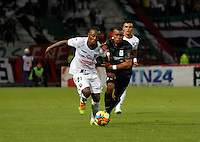 MANIZALES -COLOMBIA-22-03-2014. Cristian Palomeque (Izq) de Once Caldas disputa el balón con Farid Diaz (Der) del Atletico Nacional en partido por la fecha 12 de la Liga Postobón I 2014 jugado en el estadio Palogrande de la ciudad de Manizales./ Once Caldas player Cristian Palomeque (L) fights for the ball with Atletico Nacional player Farid Diaz (R) during match valid for the 12th date of the Postobon League I 2014 played at Palogrande stadium in Manizales city.  Photo: VizzorImage/Santiago Osorio/STR