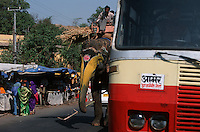 Asie/Inde/Rajasthan/Jaipur: Elephant et autobus dans le trafic sur Ambert Road