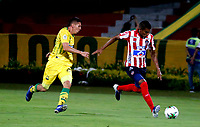 BUCARAMANGA - COLOMBIA, 01-09-2019: Johan Caballero, de Atletico Bucaramanga y Edwin Cetré de Atlético Junior disputan el balón, durante partido entre Atlético Bucaramanga y Atlético Junior, de la fecha 9 por la Liga Águila II 2019, jugado en el estadio Alfonso López de la ciudad de Bucaramanga. / Johan Caballero of Atletico Bucaramanga and Edwin Cetre of Atletico Junior vies for the ball, during a match between Atletico Bucaramanga and Atletico Junior, of the 9th date for the Aguila Leguaje II 2019 at the Alfonso Lopez Stadium in Bucaramanga city Photo: VizzorImage / Oscar Martínez / Cont.