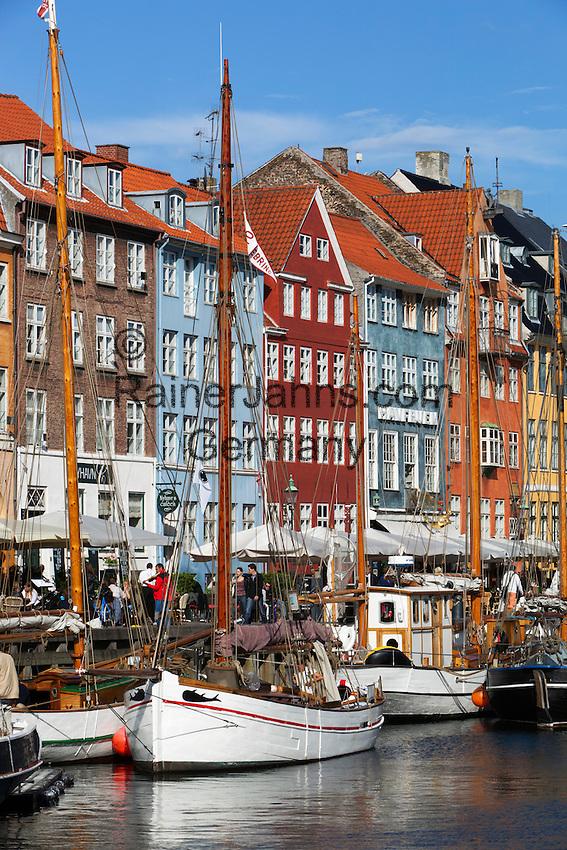 Denmark, Zealand, Copenhagen: View along Nyhavn (New Harbour) canal lined with boats and former merchant's houses | Daenemark, Insel Seeland, Kopenhagen: Nyhavn, der Neue Hafen, beliebtes Touristenziel mit den vielen Booten und Giebelhaeusern