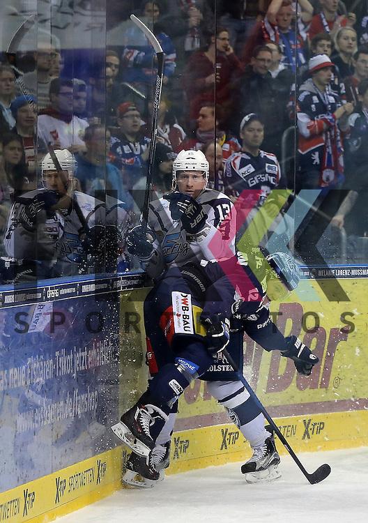 v.l. Laurin Braun (Berlin) wird von Christoph Schubert (Hamburg) gestoppt beim Spiel in der DEL, Eisbaeren Berlin (blau) - Hamburg Freezers (weiss).<br /> <br /> Foto &copy; PIX-Sportfotos *** Foto ist honorarpflichtig! *** Auf Anfrage in hoeherer Qualitaet/Aufloesung. Belegexemplar erbeten. Veroeffentlichung ausschliesslich fuer journalistisch-publizistische Zwecke. For editorial use only.