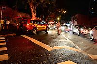 SAO_PAULO,SP - 25.02.2014 -  Bombeiros retiram homem preso na grade do Cemitério da Freguesia do Ó região norte da cidade ao tentar pular o muro no começo dessa terça-feira, 25 ( Foto: Bruno Ulivieri / Brazil Photo Press)