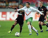 FUSSBALL   1. BUNDESLIGA  SAISON 2011/2012   10. Spieltag FC Augsburg - SV Werder Bremen           21.10.2011 Akaki Gogia (li, FC Augsburg) gegen Lukas Schmitz (SV Werder Bremen)