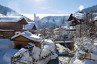 Oesterreich, Salzburger Land, Dienten: Dorfansicht mit Kirche auf dem Buehel, tief verschneit | Austria, Salzburger Land, Dienten: wintersport resort