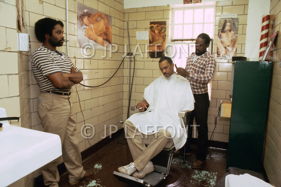 New Jersey, May 1981. State Prison of Rahway, New Jersey. This is what we can call a traditional State Prison generally overcrowded. A lot of inmates are sharing some dorms. Very few enjoyed some privacy. The leisure time is general ly spent in gym. At the hairdresser, surounded with woman pictures.