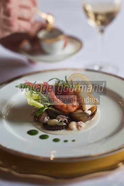 Europe/Monaco/Monte Carlo: Vongole, gamberoni, pistes, poulpe de roches et haricots cocos en salade tiède, sucs liés de roquette sauvage. recette d' Alain Ducasse - restaurant: Louis XV à l'Hôtel de Paris