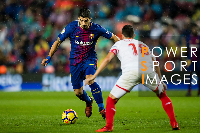 Luis Alberto Suarez Diaz of FC Barcelona (L) fights for the ball with Sergio Escudero Palomo of Sevilla FC (R) during the La Liga 2017-18 match between FC Barcelona and Sevilla FC at Camp Nou on November 04 2017 in Barcelona, Spain. Photo by Vicens Gimenez / Power Sport Images