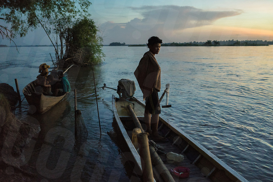 November 6, 2014 - Koh Pdao, Kratie (Cambodia). A young man prepares for a bath in the water in front of Koh Pdao village. © Thomas Cristofoletti / Ruom