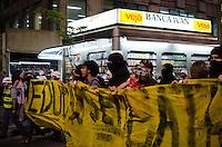 SÃO PAULO, SP,21 DE OUTUBRO DE 2013 - TERCEIRO ATO EDUCACAO - Manifestantes em passeata, durante o terceiro ato pela educação, pelas ruas do centro da capital, na noite desta segunda feira, 21.  FOTO: ALEXANDRE MOREIRA / BRAZIL PHOTO PRESS