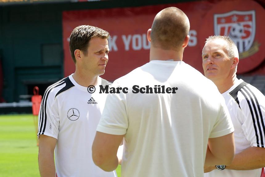 Nationalmannschaftsmanager Oliver Bierhoff mit NFL-Star Bjoern Werner (Berlin, nun Indianapolis Colts) - Training der Nationalmannschaft in Washington, RFK Stadium