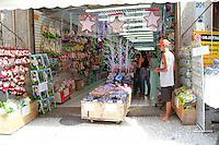 RIO DE JANEIRO, RJ, 02.11.2014 – COMERCIO POPULAR NA SAARA COM POUCO MOVIMENTO NO CENTRO DO RIO,SAARA NATAL, O Comercio popular na Saarno centro do Rio apresenta baixo movmento nas compras do natal, na Saara,na zona central do Rio,    nesta quarta-feira, 05  (foto: Márcio Cassol/Brazil Photo Press)