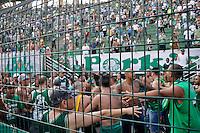 ATENÇÃO EDITOR: FOTO EMBARGADA PARA VEÍCULOS INTERNACIONAIS - SÃO PAULO, SP, 16 DE SETEMBRO DE 2012 - CAMPEONATO BRASILEIRO - PALMEIRAS x CORINTHIANS: Briga entre Torcedores do Palmeiras durante partida Palmeiras x Corinthians, válida pela 25ª rodada do Campeonato Brasileiro no Estádio do Pacaembú. FOTO: LEVI BIANCO - BRAZIL PHOTO PRESS