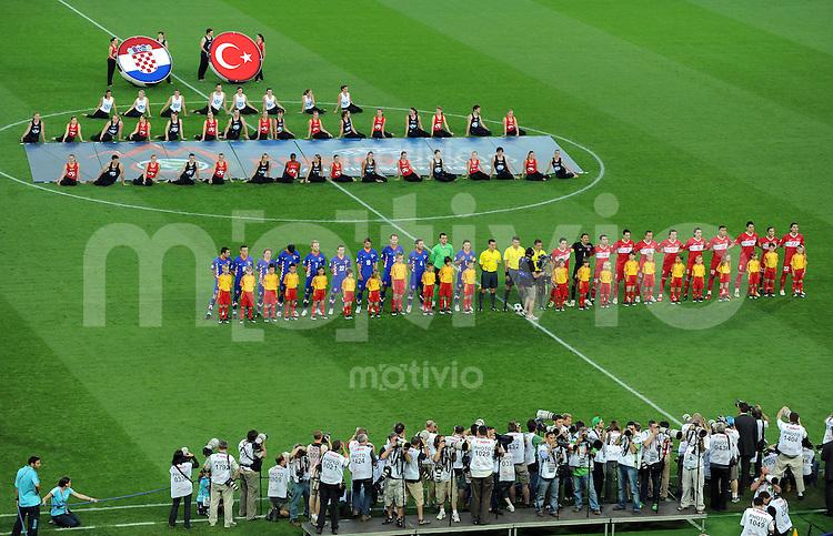 FUSSBALL EUROPAMEISTERSCHAFT 2008  Kroatien - Tuerkei    20.06.2008 Beide Mannschaften vor dem Spiel waehrend der Nationalhymnen.