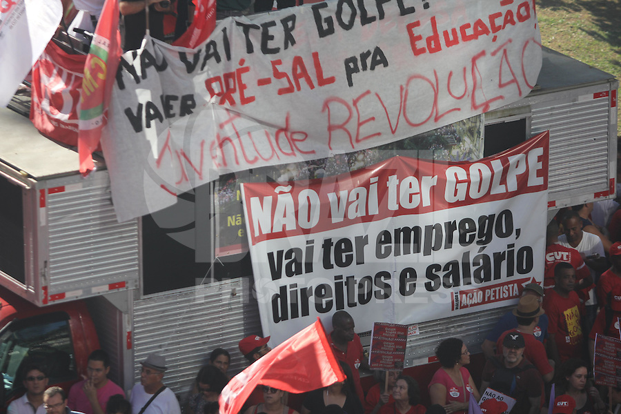SÃO PAULO,SP, 17.04.2016 - PROTESTO-SP - Manifestantes se reúnem no Vale do Anhangabaú, no centro da cidade de São Paulo, na tarde deste domingo, 17, para acompanhar a votação do impeachment da presidente Dilma Rousseff na Câmara dos Deputados. (Foto: Marcio Ribeiro/Brazil Photo Press)