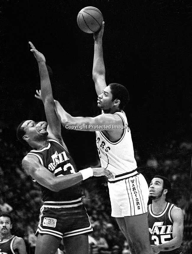 Golden State Warriors Joe Barry Carroll shoots over<br />