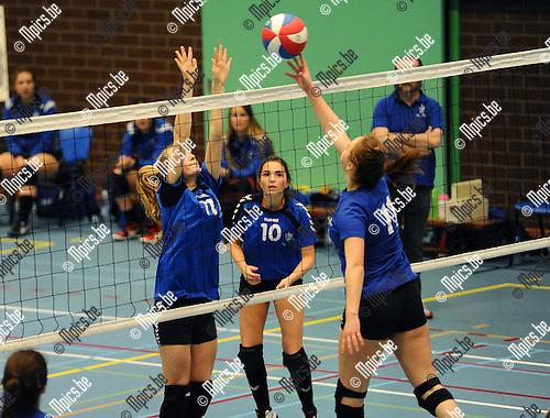 2016-01-30 / Volleybal / Seizoen 2015-2016 / Dames 2 VC Olen - Retie / Van HEmelen (l.) en Geudens (10) proberen Van Herck (Retie) af te stoppen.<br /> <br /> Foto: Mpics.be