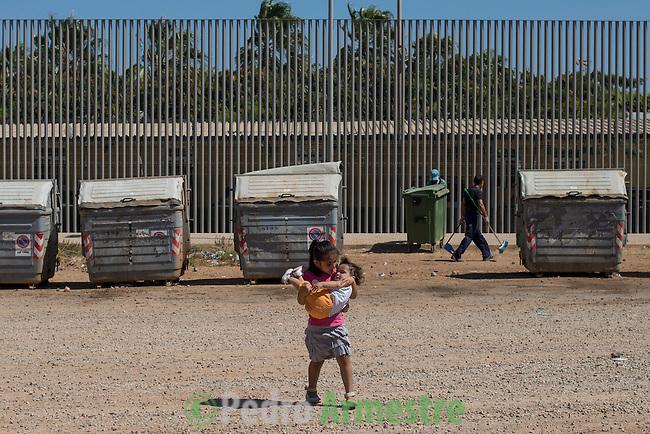 14 septiembre 2015. Melilla. Espa&ntilde;a<br /> Fatima Amin Shiz  y Yasir son dos ni&ntilde;os sirios que permanecen en el Centro de Estancia Temporal de Inmigrantes (Ceti) de Melilla. La ONG Save the Children exige al Gobierno espa&ntilde;ol que tome un papel activo en la crisis de refugiados y facilite el acceso de estas familias a trav&eacute;s de la expedici&oacute;n de visados humanitarios en el consulado espa&ntilde;ol de Nador. Save the Children ha comprobado adem&aacute;s c&oacute;mo muchas de estas familias se han visto forzadas a separarse porque, en el momento del cierre de la frontera, unos miembros se han quedado en un lado o en el otro. Para poder cruzar el control, las mafias se aprovechan de la desesperaci&oacute;n de los sirios y les ofrecen pasaportes marroqu&iacute;es al precio de 1.000 euros. Diversas familias han explicado a Save the Children c&oacute;mo est&aacute;n endeudadas y han tenido que elegir qui&eacute;n pasa primero de sus miembros a Melilla, dejando a otros en Nador.<br /> &copy; Save the Children Handout/PEDRO ARMESTRE - No ventas -No Archivos - Uso editorial solamente - Uso libre solamente para 14 d&iacute;as despu&eacute;s de liberaci&oacute;n. Foto proporcionada por SAVE THE CHILDREN, uso solamente para ilustrar noticias o comentarios sobre los hechos o eventos representados en esta imagen.<br /> Save the Children Handout/ PEDRO ARMESTRE - No sales - No Archives - Editorial Use Only - Free use only for 14 days after release. Photo provided by SAVE THE CHILDREN, distributed handout photo to be used only to illustrate news reporting or commentary on the facts or events depicted in this image.