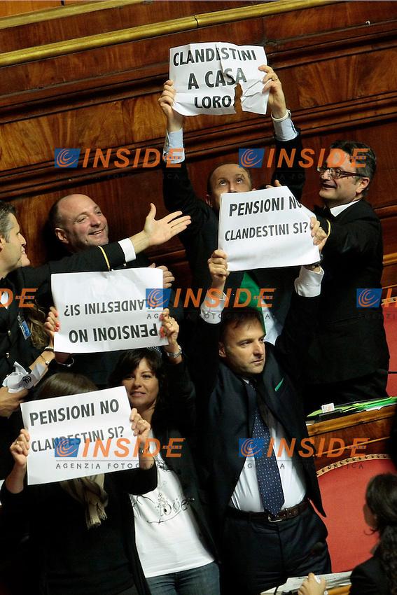 Protesta della Lega Nord sull'abrogazione del reato di clandestinit&agrave;'. I senatori espongono cartelli con scritto: Clandestini a casa loro, Si reato immigrazione clandestina, Sicurezza si pensioni no.<br /> Roma 10-10-2013 Senato. Razionalizzazione della Pubblica Amministrazione.<br /> Photo Samantha Zucchi Insidefoto
