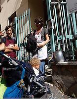 """NAPOLI ALCUNE MADRI DEL QUARTIERE MATERDEI DECIDONO DI AUTOGESTIRE LA MENSA DELL'ASILO NIDO COMUNALE """" R JEMMA"""" CHE ERA STATO ABOLITO PER EFFETTO DEI TAGLI  AI FONDI .FOTO CIRO DE LUCA"""
