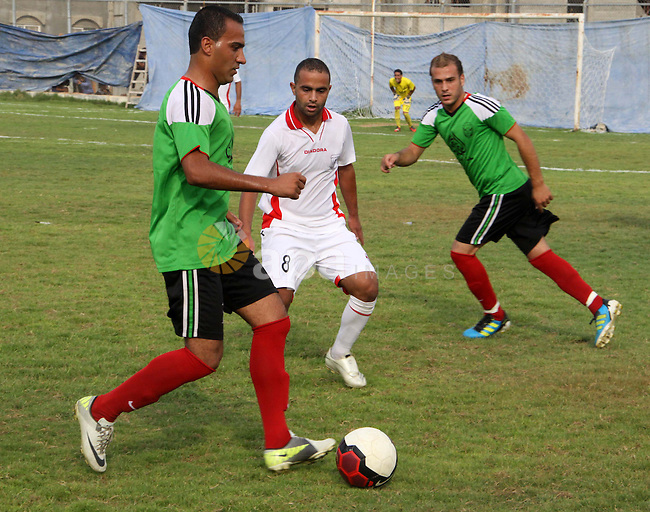 The Palestinian team of Youth Khan Younis and the team of al-Shijaia during the premier league in Gaza city on 29 September 2012. Photo by Alaa Shamaly