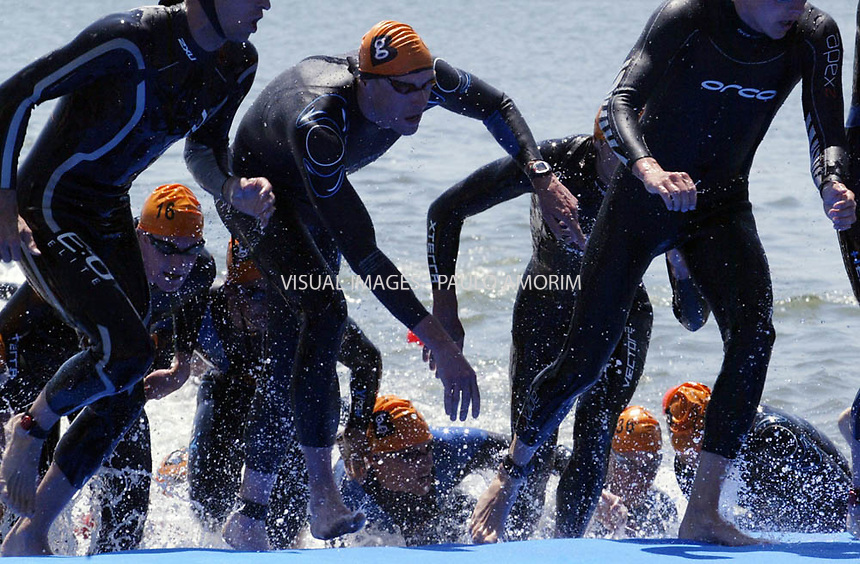 Mens competitors exite  the water during the Lisbon Triathlon World Cup, in Lisbon 06 May 2007.