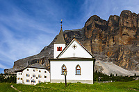 Italy, South Tyrol (Trentino - Alto Adige), near Badia:  pilgrimage church Santa Croce and shelter Rifugio Santa Croce in Badia with Gruppo di Fanis mountains and summit Sasso di Santa Croce at Fanes-Sennes-Prags Nature Park | Italien, Suedtirol, bei Abtai (Badia): Wallfahrtskirche Heilig-Kreuz und Heiligkreuz-Hospiz (Schutzhaus Heiligkreuz) vor der Fanesgruppe mit Gipfel Heiligkreuzkofel (Sasso di Santa Croce) im Naturpark Fanes-Sennes-Prags