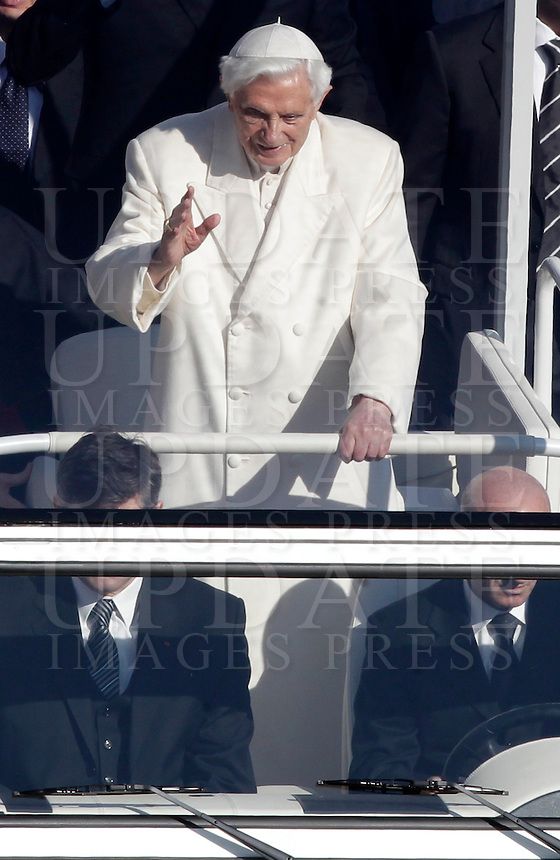 Papa Benedetto XVI tiene la sua ultima udienza generale del mercoledi' alla vigilia del suo ritiro dal Pontificato, in Piazza San Pietro, Citta' del Vaticano, 27 febbraio 2013..Pope Benedict XVI, attends his last general Wednesday audience on the eve of his retirement from the Papacy, in St. Peter's square at the Vatican, 27 February 2013..UPDATE IMAGES PRESS/Isabella Bonotto -STRICTLY FOR EDITORIAL USE ONLY-