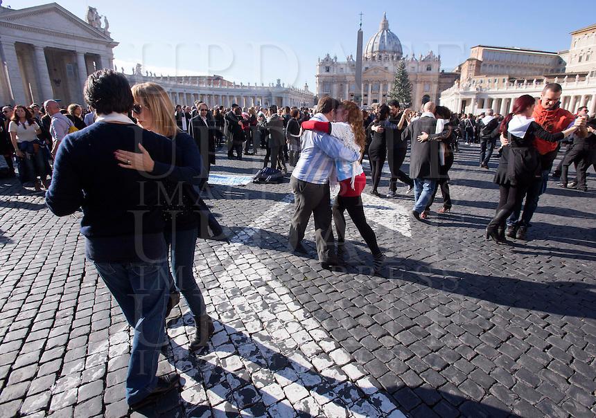 Coppie ballano il tango per festeggiare il 78esimo compleanno di Papa Francesco, al termine della sua udienza generale, di fronte a Piazza San Pietro, Citta' del Vaticano, 17 dicembre 2014.<br /> Couple dance tango to celebrate Pope Francis' 78th birthday, at the end of his weekly general audience, in front of St. Peter's Square at the Vatican, 17 December 2014.<br /> UPDATE IMAGES PRESS/Riccardo De Luca<br /> <br /> STRICTLY ONLY FOR EDITORIAL USE