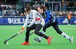 AMSTELVEEN - Yasmin Geerlings (A'dam) met Judith Pel (Pin)    tijdens de hoofdklasse competitiewedstrijd dames, Pinoke-Amsterdam (3-4). COPYRIGHT KOEN SUYK
