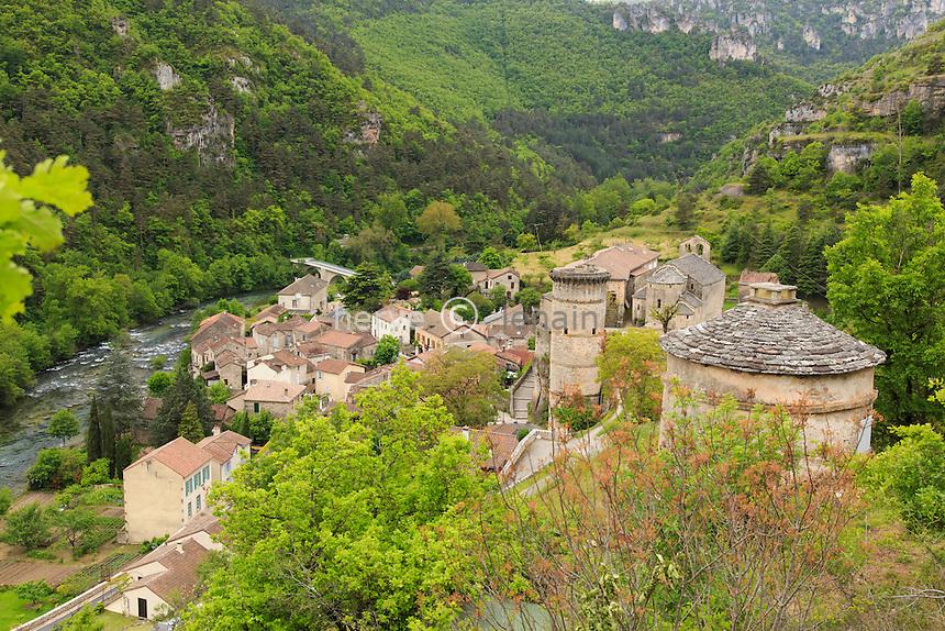 France, Aveyron (12), la Roque-Sainte-Marguerite, le village et la Dourbie // France, Aveyron, la Roque Sainte Marguerite and the Dourbie river