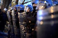 Roma, 29 Novembre 2013<br /> Manifestazione per il diritto all'abitare, contro gli sfratti per chiedere giuste misure all'emergenza abitativa.<br /> Corteo fino per le strade del quartiere Garbatella fino alla sede della Regione Lazio.<br /> Polizia e maschera di Anonymous