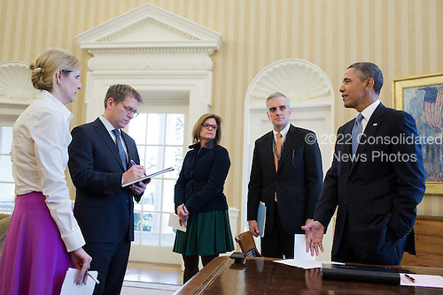 United States President Barack Obama talks with senior advisors in the Oval Office, March 7, 2013. Pictured, from left, are: Counsel to the President Kathryn Ruemmler; Press Secretary Jay Carney; Director of Communications Jennifer Palmieri; and Chief of Staff Denis McDonough. .Mandatory Credit: Pete Souza - White House via CNP