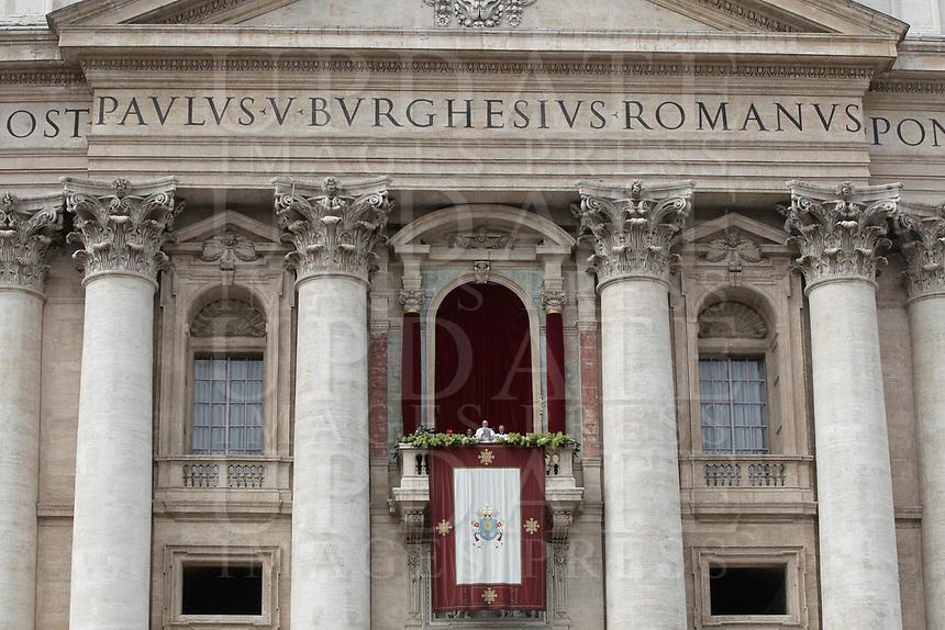 Papa Francesco pronuncia il messaggio &quot;Urbi et Orbi&quot; (alla citt&agrave; e al mondo) dalla loggia centrale della Basilica di San Pietro. Citt&agrave; del Vatican, 1 aprile 2018. <br /> Pope Francis delivers his &quot;Urbi et Orbi&quot; (to the city and the world) message from the central loggia overlooking St. Peter's Square at the Vatican, on April 1, 2018.<br /> UPDATE IMAGES PRESS/Isabella Bonotto<br /> <br /> STRICTLY ONLY FOR EDITORIAL USE