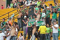 FLORIDABLANCA - COLOMBIA-29-09-2013: Hinchas del Deportivo Cali animan a su equipo durante partido en el estadio Alvaro Gomez Hurtado de la ciudad de Floridablanca, septiembre 29 de 2013. Alianza Petrolera y Deportivo Cali jugaron partido por la duodecima fecha de las de la Liga Postobon II. (Foto: VizzorImage / Jaime Moreno / Str). Fans of Deportivo Cali cheer for their team during a match at the Alvaro Gomez Hurtado Stadium in Floridablanca city, September 29, 2013. Alianza Petrolera and Deportivo Cali in a match for the twelfth round of the Postobon  League II. (Photo: VizzorImage / Jaime Moreno / Str).<br /> / Str).