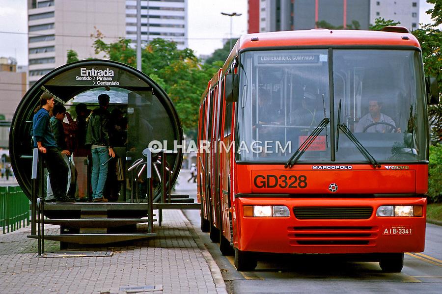 Ponto de ônibus em Curitiba, Paraná. 2001. Foto de Juca Martins.