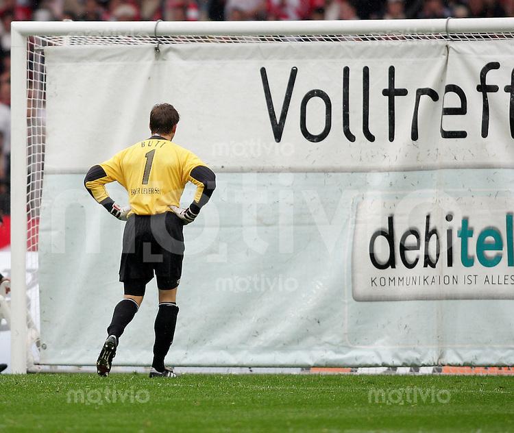 FUSSBALL 1. Bundesliga 2004/2001 6.Spieltag VfB Stuttgart 3-0 Bayer 04 Leverkusen Feature; Volltreffer; Torwerbung haengt in der Halbzeit im Tor Juerg Butt (Bayer)