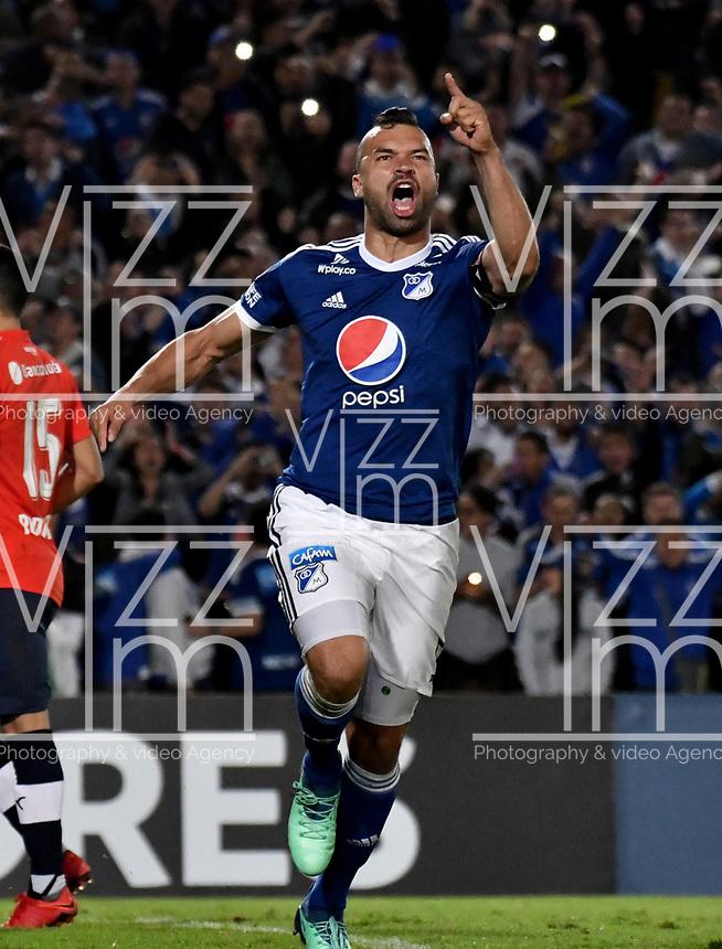 BOGOTÁ - COLOMBIA, 17-05-2018: Andrés Cadavid, jugador de Millonarios (COL), corre a celebrar el gol anotado a Club Atlético Independiente (ARG), durante partido entre Millonarios (COL) y Club Atlético Independiente (ARG), de la fase de grupos, grupo G, fecha 5 de la Copa Conmebol Libertadores 2018, en el estadio Nemesio Camacho El Campin, de la ciudad de Bogota. / Andres Cadavid, player of Millonarios (COL) runs to celebrate the scored goal to Club Atlético Independiente (ARG), during a match between Millonarios (COL) and Club Atletico Independiente (ARG), of the group stage, group G, 5th date for the Conmebol Copa Libertadores 2018 in the Nemesio Camacho El Campin stadium in Bogota city. VizzorImage / Luis Ramirez / Staff.