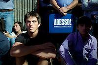 Lecco: ragazzi ascoltano Matteo Renzi durante il suo discorso a Bergamo, durante la sua campagna elettorale per le primarie del PD.