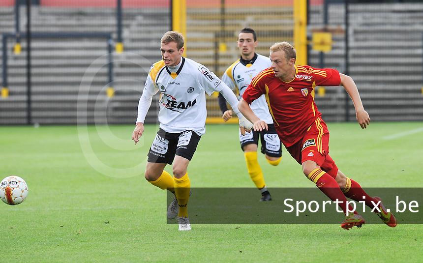 Racing Club De Lens - RC Lens : David Pollet aan de bal voor Laurens De Bock van Lokeren.foto DAVID CATRY / VDB