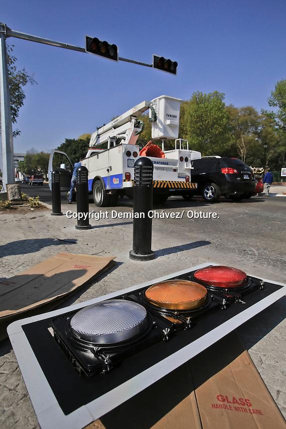 Querétaro, Qro. 10 de enero 2015.- Nuevos semáforos son instalados en el paso peatonal de la alameda Hidalgo y el centro cultural Manuel Gómez Morín.