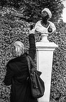 Potsdam, parco di Sanssouci. Una donna fotografa con il telefonino una statua in marmo --- Potsdam, Sanssouci Park. A woman photographs with her cellular phone a marble statue