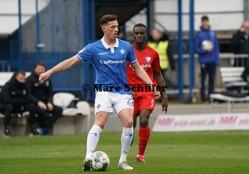 Nicolai Rapp (SV Darmstadt 98) gegen Jordi Osei-Tutu (VfL Bochum) - 07.03.2020: SV Darmstadt 98 vs. VfL Bochum, Stadion am Boellenfalltor, 2. Bundesliga<br /> <br /> DISCLAIMER: <br /> DFL regulations prohibit any use of photographs as image sequences and/or quasi-video.