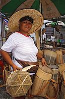 Asie/Malaisie/Bornéo/Sarawak/Kuching: Vendeuse de vannerie au marché