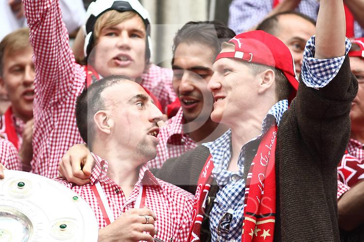 09.05.2010, Marienplatz, Muenchen, GER, 1. FBL, Meisterfeier der Bayern , im Bild  Franck RibÈry (FC Bayern Nr.7) und Bastian Schweinsteiger (FC Bayern Nr.31) , Foto © nph / Straubmeier