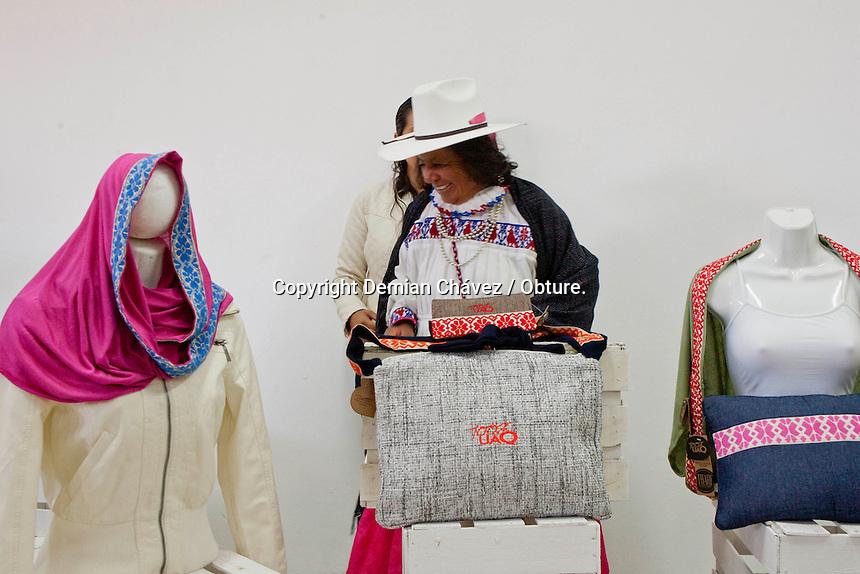 Quer&eacute;taro, Qro. 10 de Agosto de 2014. - Th&auml;ji es la nueva linea de ropa y accesorios creado por un colectivo de mujeres ind&iacute;genas Nh&ouml;Nh&ouml; de Amealco.<br /> <br /> La palabra de origen otom&iacute;, significa hilo. De esta forma decidieron darle nombre a los productos creados en un taller especializado las 10 mujeres que recibieron apoyo de la CDI para los recursos econ&oacute;micos. Sin embargo la parte creativa y desarrollo del proyecto corri&oacute; por parte de alumnos de la UAQ. Laura S&aacute;nchez, alumna egresada de la Facultad de Contabilidad y Administraci&oacute;n del campus Amealco, tuvo la iniciativa del proyecto desde que era alumna, y tard&oacute; algunos a&ntilde;os en concretar el proyecto. En el cual se involucraron alumnos de servicio social y pr&aacute;cticas profesionales de las facultades de Dise&ntilde;o Industrial, Inform&aacute;tica y Contabilidad.<br /> <br /> Finalmente con un taller instalado, una pagina web funcionando y una larga lista de compradores a la espera, Th&auml;ji, primeramente se expender&aacute; en las tiendas universitarias como un producto 100% UAQ.<br /> <br /> Foto: Demian Ch&aacute;vez / Obture.