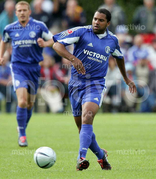 Fussball 1. Bundesliga Saison 2004/2005  Testspiel FC Schalke 04 ; Neuzugang Ailton am Ball