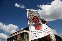 STO05. SANTO DOMINGO (REPÚBLICA DOMINICANA), 08/12/2011.- Una mujer muestra un afiche de la activista dominicana, Sonia Pierre, mientras participa en una marcha de centenares de personas de origen haitiano residentes en la República Dominicana hoy, jueves 8 de diciembre de 2011, frente a la Suprema Corte de Justicia en Santo Domingo (República Dominicana). Los manifestantes denunciaron que las autoridades dominicanas les niegan la nacionalidad al aplicar, con carácter retroactivo, una medida migratoria en su contra. EFE/Orlando Barría