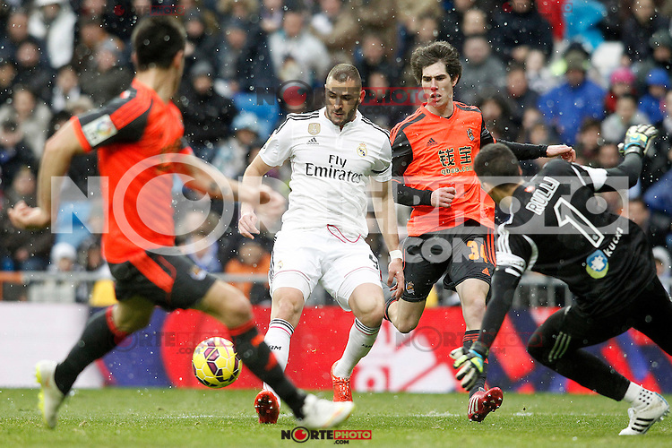 Real Madrid's Karim Benzema (l) and Real Sociedad's Aritz Elustondo during La Liga match.January 31,2015. (ALTERPHOTOS/Acero) /NortePhoto<br />