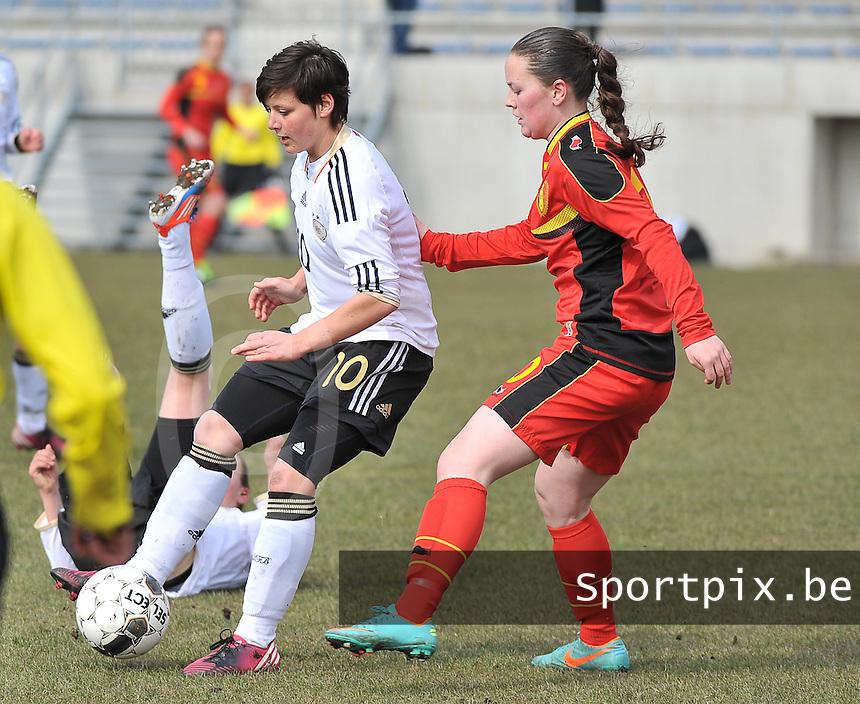 Belgie U17 - Duitsland U17 : Jasmin Sehan aan de bal voor Valentine Hannecart.foto DAVID CATRY / Vrouwenteam.be