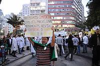 SAO PAULO, SP 15 de julho 2013- Grupo de cerca de 350 pessoas da &aacute;rea da sa&uacute;de fazem protesto nesta ter&ccedil;a-feira na rua da Consola&ccedil;&atilde;o, em S&atilde;o Paulo (SP). A via estava com a pista sentido centro totalmente bloqueada, na altura da rua Caio Prado. Os manifestantes exp&otilde;em faixas com as mensagens &quot;sem Revalida n&atilde;o&quot; e &quot;sem corrup&ccedil;&atilde;o na sa&uacute;de&quot;. O grupo &eacute; contra a &quot;importa&ccedil;&atilde;o&quot; de m&eacute;dicos sem valida&ccedil;&atilde;o do diploma, contra a obrigatoriedade de m&eacute;dicos trabalharem por dois anos no SUS, entre outros.<br />  . ADRIANO LIMA / BRAZIL PHOTO PRESS).